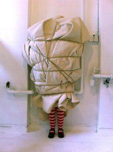installation_textile__costume_art_goje_rostrup_nu_er_gode_raad_dyre