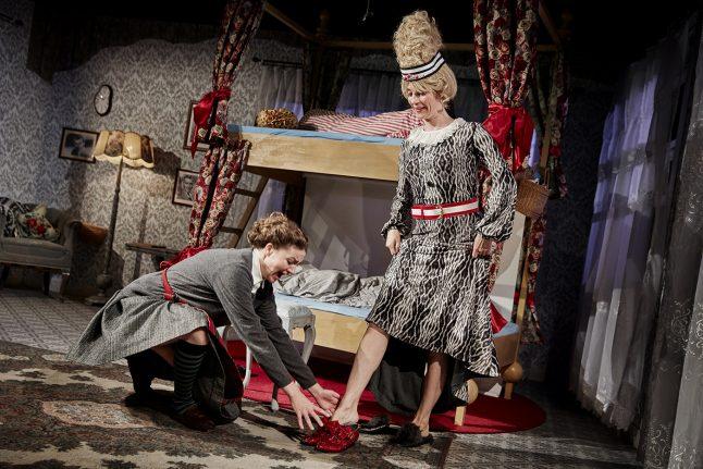 HUG EN HÆL OG KLIP EN TÅ/ CINDEROPERELLA, Den Jyske Opera/ Danish National Opera, 2016, Stage and costume designer, Photographer: Kaare Viemose
